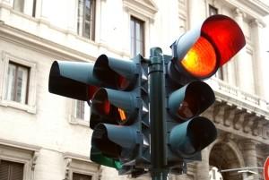 An einer roten Ampel mit Grünpfeil gibt es fürs Abbiegen eine Sonderregelung