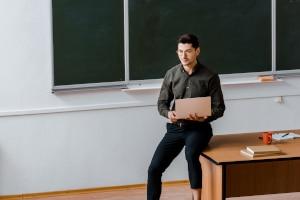 Über den genauen Ablauf vom Theorieunterricht in der Fahrschule entscheidet normalerweise der Fahrlehrer.