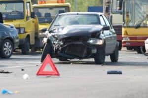 Zur Absicherung der Unfallstelle platzieren Sie ein Warndreieck.