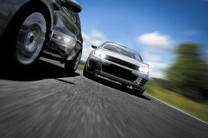 Zur Abstandsmessung sind die Autobahn und die Landstraße am besten geeignet.