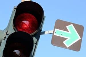 Grüner Pfeil an roter Ampel - was Sie beim Abbiegen beachten müssen.
