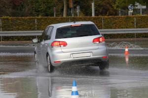Es gibt einige Anbieter, die ein Fahrsicherheitstraining durchführen.