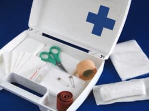 Eine kurze Anleitung für die Erste Hilfe finden Sie auch im Verbandskasten.