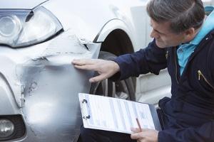 Bevor Sie Ansprüche nach einem Verkehrsunfall geltend machen, muss das Kfz begutachtet werden.