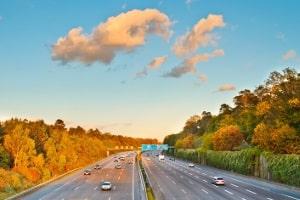 Auf der Autobahn geblitzt: Hier gilt der Bußgeldkatalog für außerorts.