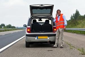 Auf dem Seitenstreifen darf bei einer Panne oder einem Unfall gehalten werden – für gute Sichtbarkeit sollte dabei gesorgt werden.