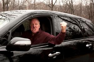 Führen Aufbaulautsprecher im Auto zu einer Lärmbelästigung, könnte dies andere Verkehrsteilnehmer erzürnen.