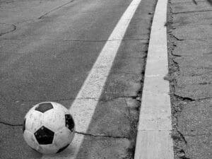 Ein Auffahrunfall kann schnell geschehen, wenn ein Kind beim Spielen auf die Straße läuft.