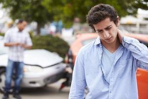 Auffahrunfall: Bei einem Schleudertrauma kann Schmerzensgeld beantragt werden.
