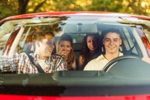 Gerade junge Fahrer wollen ihrem Pkw durch einen Autoaufkleber zu einem sportlicheren Aussehen verhelfen.