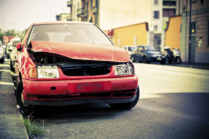 Auto angefahren: Bei Fahrerflucht droht mildere Strafe, wenn Sie sich innerhalb von 24 Stunden bei der Polizei melden.