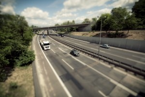Auf der Autobahn müssen LKW-Fahrer eine Mautgebühr entrichten.