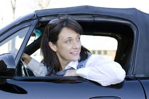 Vor allem bei Fahrten auf der Autobahn ist der Schulterblick wichtig, wenn Sie die Spur wechseln.