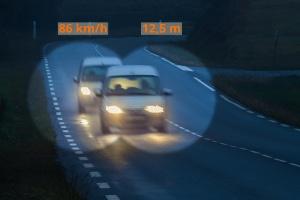 Gibt es eine Möglichkeit, auf der Autobahn den notwendigen Sicherheitsabstand zu berechnen?