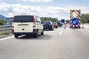 Auf der Autobahn kann ein Unfall auch schnell an Baustellen passieren, da hier andere Geschwindigkeitsvorgaben herrschen.