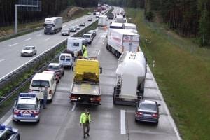 Auf Autobahnen muss im Stau (z. B. bei einem Unfall) eine Rettungsgasse gebildet werden.