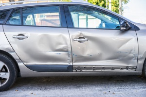 Kommen Sie mit Ihrer Autotür gegen ein anderes Auto, ist es keine Lösung, nur einen Zettel an den Scheibenwischer zu klemmen.