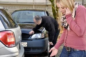 Schlägt Ihre Autotür gegen ein anderes Auto, sollten Sie unter Umständen die Polizei rufen.