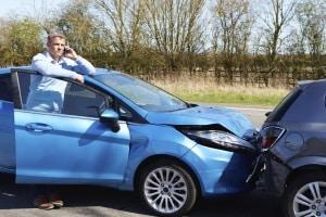 Autounfall wegen Handy: Bei grober Fahrlässigkeit zahlt oft selbst die Kaskoversicherung nicht.