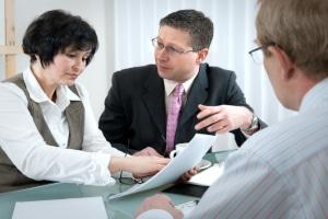 Eine Autoversicherung kann mithilfe eines Versicherungsberaters abgeschlossen werden.