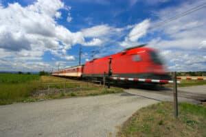 An einem Bahnübergang müssen Sie besonders vorsichtig fahren.