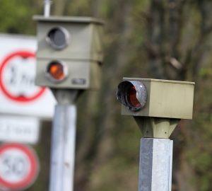 Blitzer sind oft am Straßenrand zu finden und zeichnen Geschwindigkeitsverstöße auf.
