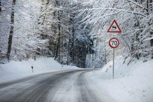 Beim Blitzer-Aufstellen gelten Vorschriften, z. B. wie nah ein Blitzer hinter einer Geschwindigkeitsbegrenzung stehen darf.