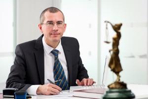 Blitzer-Bescheid überprüfen: Kostenlos ist die anschließende Rechtsberatung nicht.