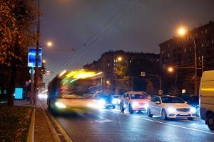 An einem an einer Haltestelle haltenden Bus dürfen Autofahrer langsam vorbeifahren.