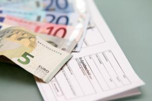 Bußgeld: Der Standstreifen darf nicht befahren werden. Anderenfalls muss eine Geldbuße gezahlt werden.