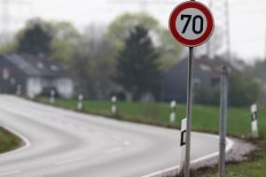 Ein Bußgeld kann beim zu schnell fahren kommen - auch außerorts.