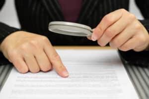 Ein Anwalt kann Ihren Bußgeldbescheid wegen einer Abstandsmessung überprüfen.