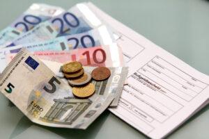 Ein Bußgeldbescheid enthält Gebühren und Auslagen.