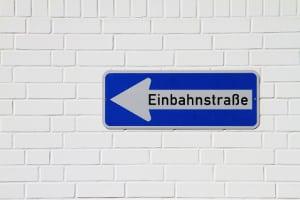 Was sieht der Bußgeldkatalog für die Einbahnstraße vor, wenn ein Verstoß geschieht?