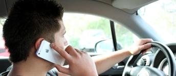 Das Handy am Steuer zu benutzen ist verboten, da nur eine Hand am Lenkrad ist