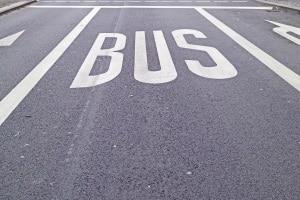 Auf der Busspur darf außer dem Bus niemand parken oder fahren.