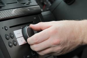 Durch Car-HiFi-Tuning soll ein besserer Klang im Fahrzeug erzeugt werden.
