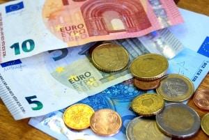 Für den CE-Führerschein fallen Kosten in Höhe von bis zu 1.800 Euro an.