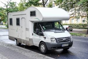 Generell darf ein Wohnmobil nicht auf einem speziellen Pkw-Parkplatz parken.