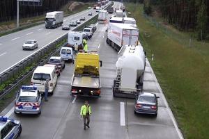 Dreispurige Autobahn: Wenn Sie rechts überholen und dies verboten war, kann schnell ein Unfall entstehen.