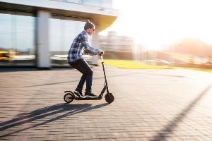 Darf mit dem E-Scooter 45 km/h, 25 km/h oder nur 20 km/h gefahren werden?