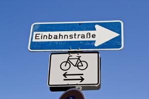 Radfahrern droht in der Einbahnstraße ein Bußgeld – wenn kein Zusatzschild beide Richtungen freigibt.