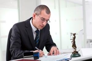 Antworten auf die Frage, wie Sie mit dem Einspruch ein Fahrverbot umgehen können, liefert ein Anwalt.