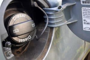 Je nach Beschaffenheit muss entweder Diesel oder Benzin dem Motor zugeführt werden.