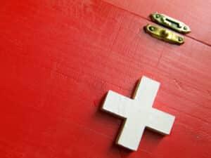 Die Erste Hilfe kann Leben retten. Wie Sie am besten im Notfall vorgehen, erfahren Sie in diesem Ratgeber.