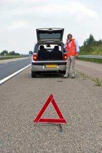Das Erste-Hilfe-Set fürs Auto beinhaltet auch Warndreieck und -weste.
