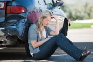 Ersthelfer sollten an einem Unfallort, den Betroffenen vor allem in einem Gespräch beruhigen und ablenken, denn oftmals stehen diese unter einem Schock.