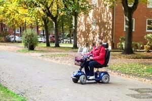 Auch Fahrer von Krankenfahr- oder Rollstühlen müssen sich in Fußgängerzonen an die Schrittgeschwindigkeit halten.