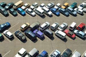 Fahrerflucht: Bei einem Kratzer kann sie ebenfalls vorliegen, wenn Sie nach einem Parkrempler einfach wegfahren.