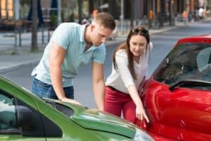 Eine Fahrerflucht kann ohne erkennbaren Schaden erfolgen. Bleiben Sie deshalb besser an der Unfallstelle.